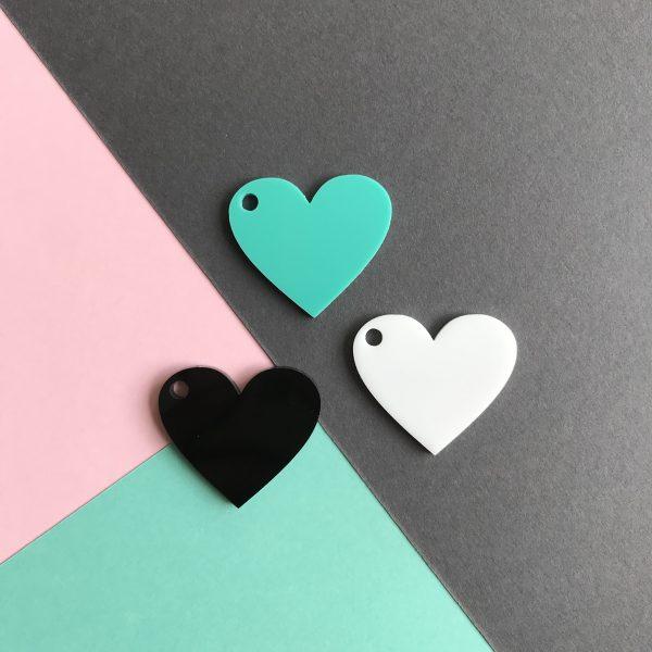 Pingente acrílico | Coração preto, branco e verde água 2,5x3cm (3un)